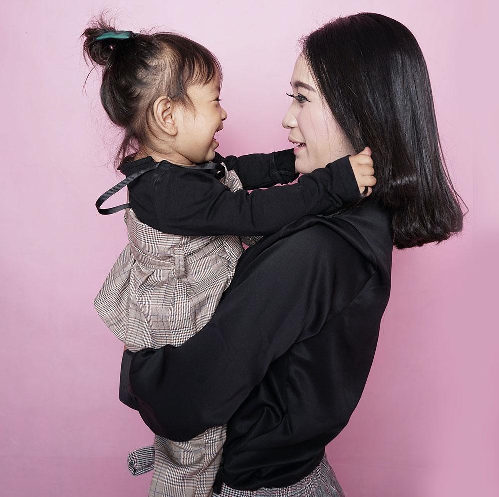 Eyas Landing and child/mom talking image
